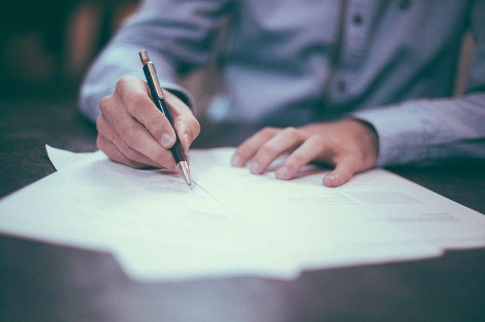 Tłumacz przysięgły i zwykły – poznaj zakres ich obowiązków