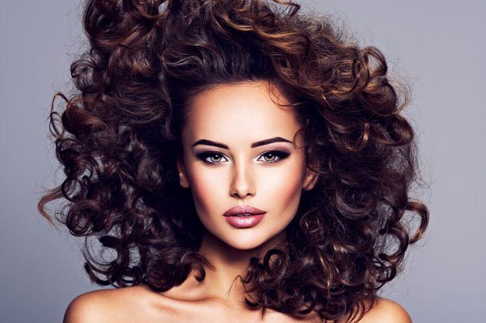 Pielęgnacja włosów kręconych – patenty na ujarzmienie loków