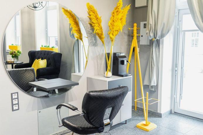 Meble fryzjerskie – jak urządzić poczekalnię dla klientów?